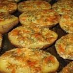 Įdarytos bulvės su česnakiniu padažu