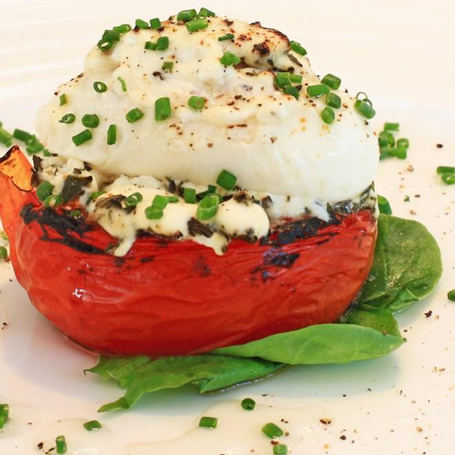 Įdaryti pomidorai su kiaušiniu
