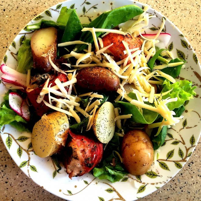 Vištienos suktinukai su salotomis